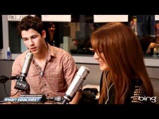 Nick Jonas sorprende a una fan en el programa de Ryan Seacrest