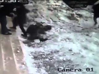 Снег упал на девушку. Съёмка с камеры наблюдения.