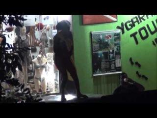 Mulher Só de Calcinha Dançando em Cima do Carro.