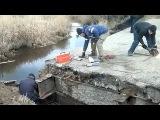 В Костромской области местные жители самостоятельно отремонтировали аварийный мост - Первый канал