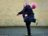 Футбольный жонглер. Мужчина с огромным весом покорил интернет