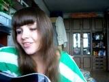 Красивая девушка поет армейскую песню под гитару!