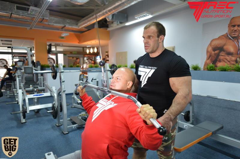Denis cyplenkov assisting Vladimir Kravtsov │ Photo Source: Trec Nutrition