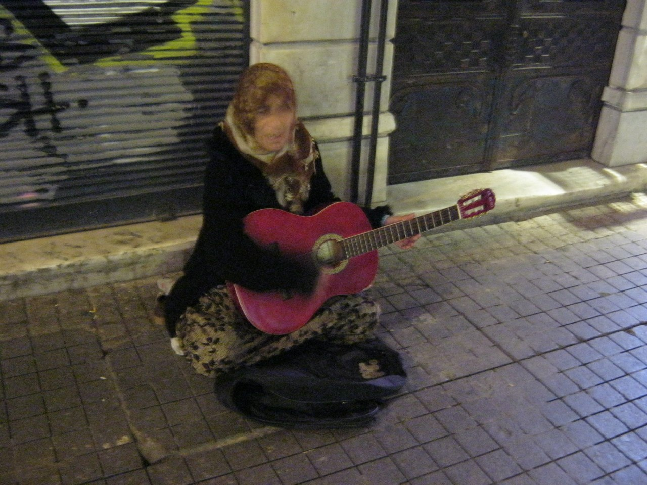 Бабушка зарабатывает деньги игрой на гитаре