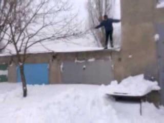 Рыбкой в снег с гаража (прикол)