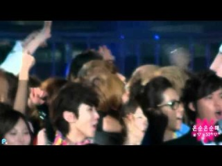 [FANCAM] 111231 Onew Lost in His Own World Being Hugged by Minho @ End of Year Show