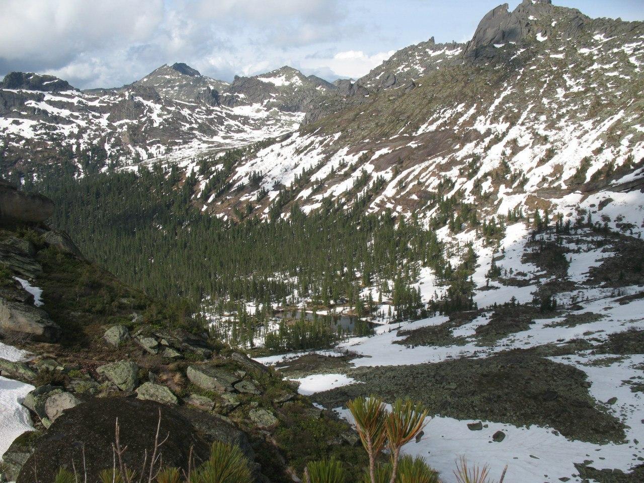 Вид на Лазурное с перевала Волосы Саяна