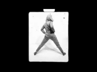 Майли Сайрус танцует в костюме единорога