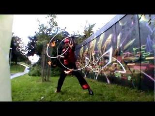Flaming Bags of Poop - Бешеный парень с огненными обручами, кубо-сферой, булавами, поями, велосипедом и еще кучей реквизита.