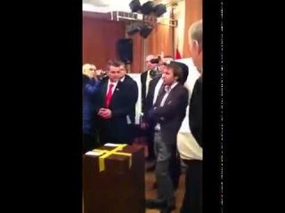 Жириновский вскрыл урну с фальшивыми бюллетенями