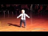 Мальчик (2 года) танцует испанский танец - пасодобль