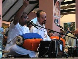 Кришнадас Прабху из Матхуры ведёт киртан на фестивале