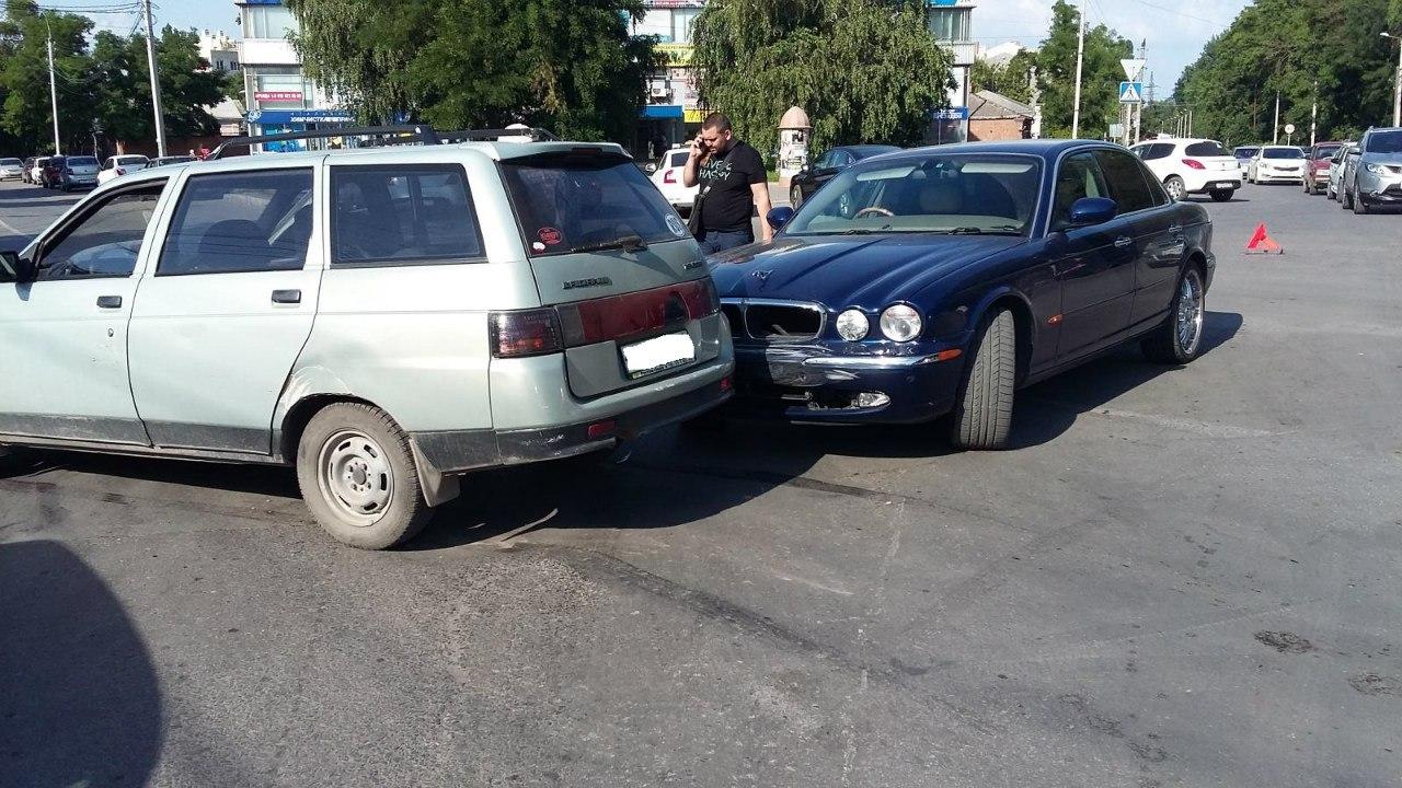 Столкновение Jaguar и «ВАЗ- 2111» в Таганроге попало на видеорегистратор