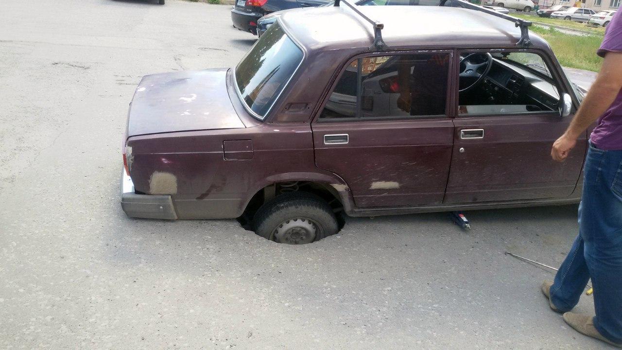 В Таганроге автомобиль «ВАЗ-2107» провалился под асфальт