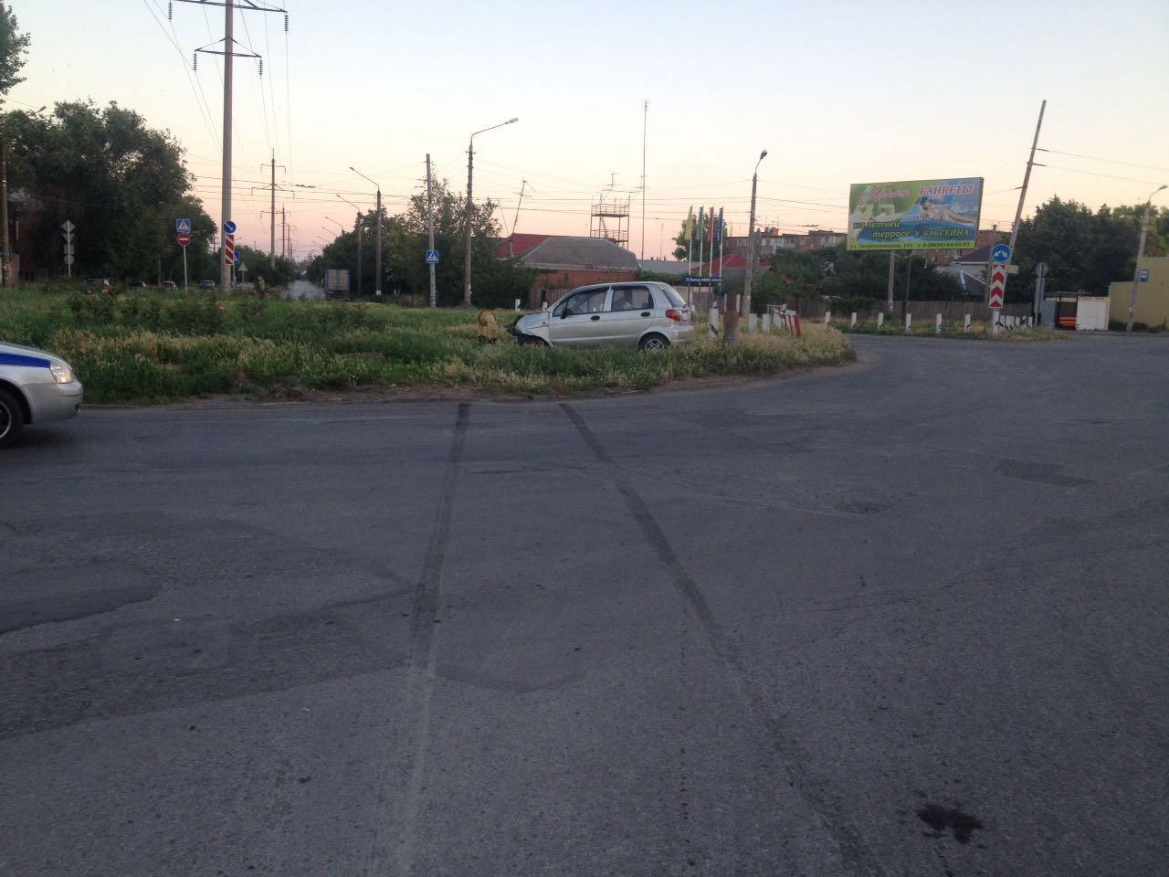 На выходных в Таганроге водитель Daewoo Matiz врезался в газовую трубу