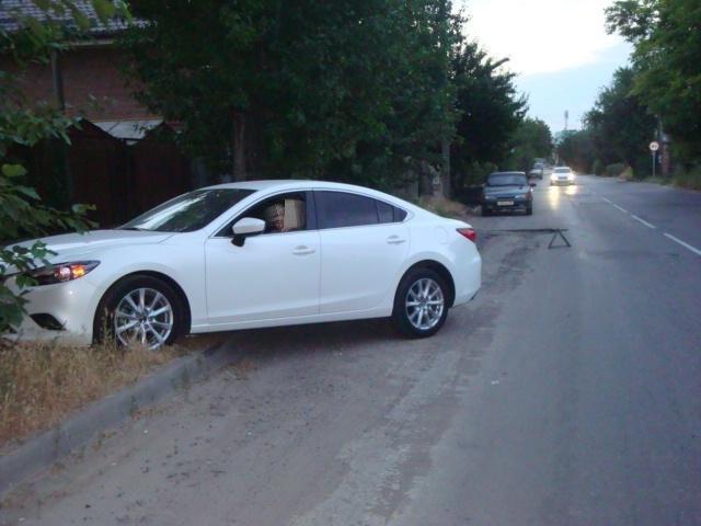 В центре Таганрога автоледи на Mazda 6, въехав в глубокую яму, получила травмы