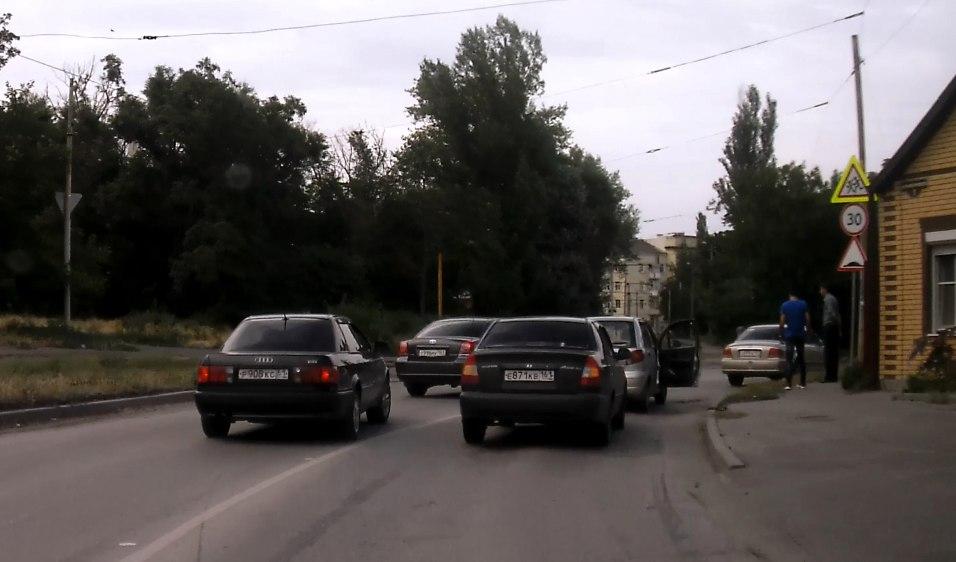 В Таганроге «паровозик» из трех машин собрал пробку в час пик