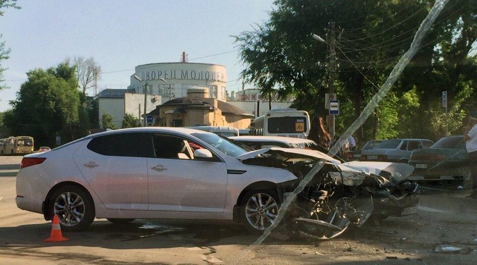 В центре Таганрога столкнулись автомобили Kia и Toyota Corolla, двое пострадавших