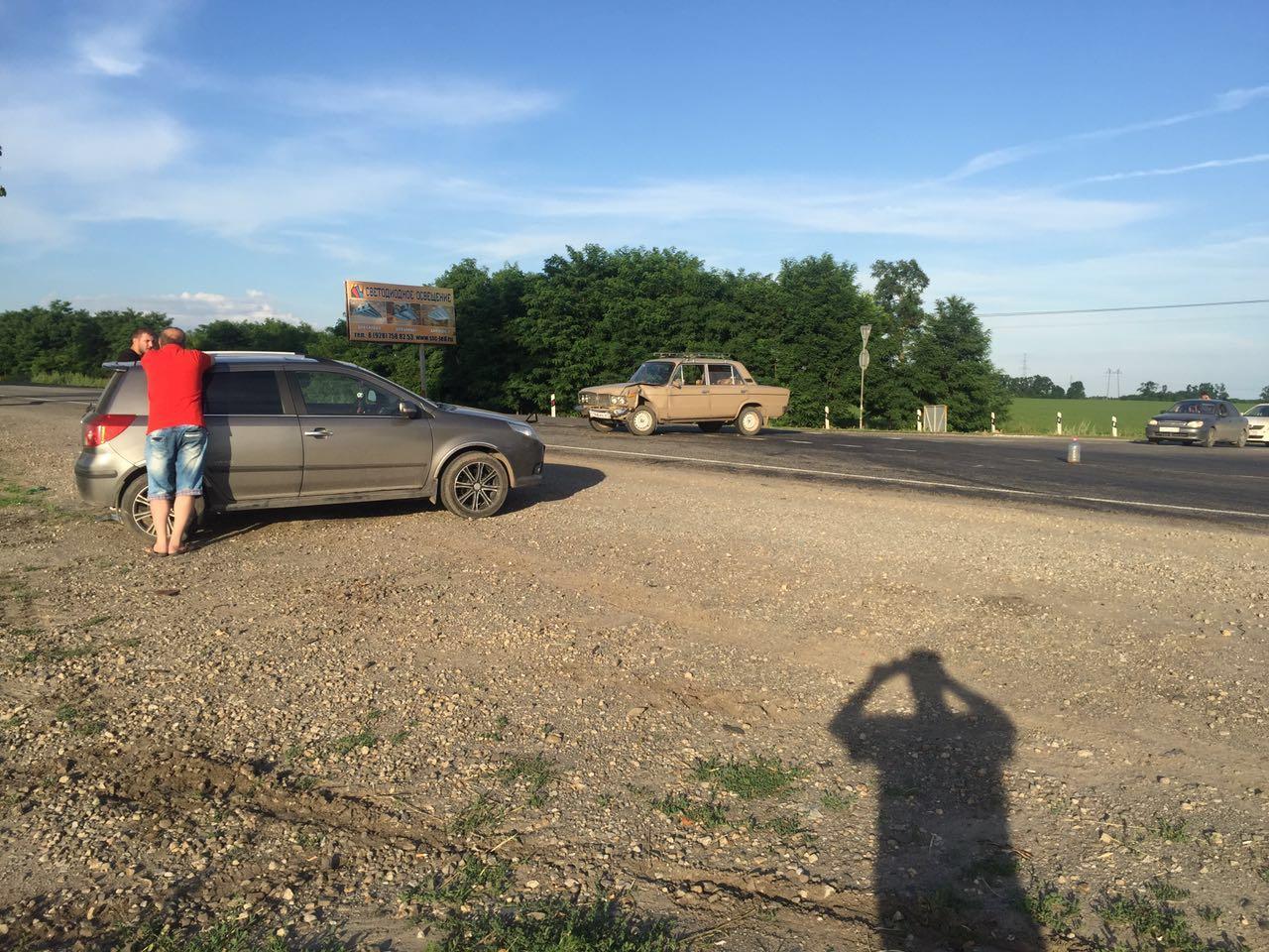 На трассе «Ростов-Таганрог» столкнулись Geely и «ВАЗ-2106», есть пострадавший