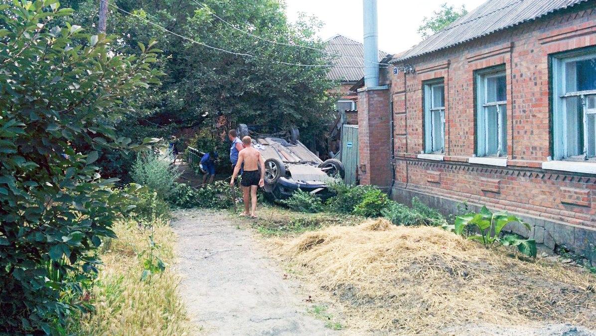 В Таганроге в СЖМ перевернулся на крышу Ford Focus