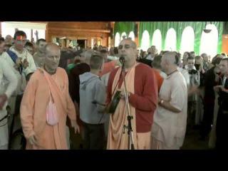 HH Niranjana Swami - Gaura arati, 18.07.2012