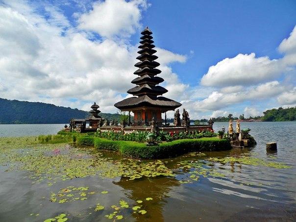 Пура Улун Дану - храм на озере Братан
