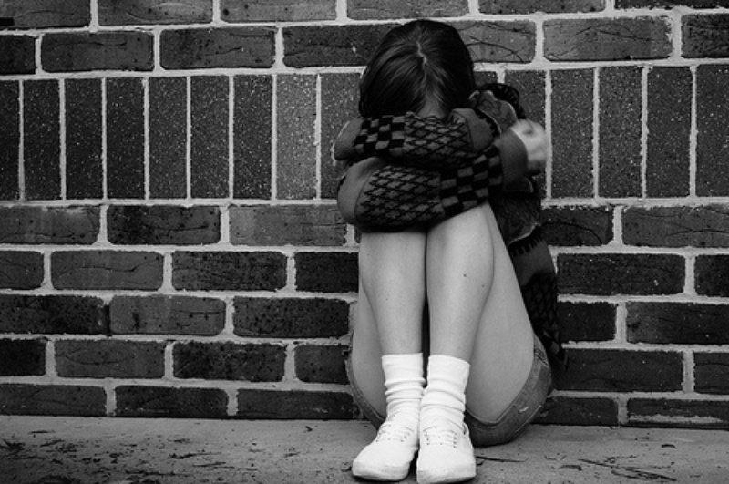 Две девушки со школьницы сорвали сережки