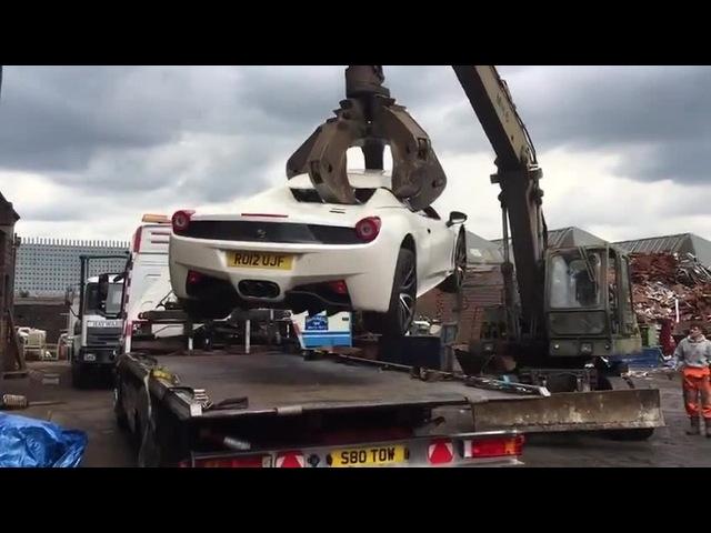 Ferrari 458 уничтожают на свалке | Ferrari 458 destroyed in the dump
