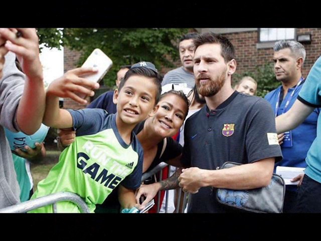 Lionel Messi with fans in the USA/Лионель Месси с фанатами в США