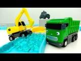 Os carros ajudantes. O caminhão de descarga. Vídeos de brinquedos.