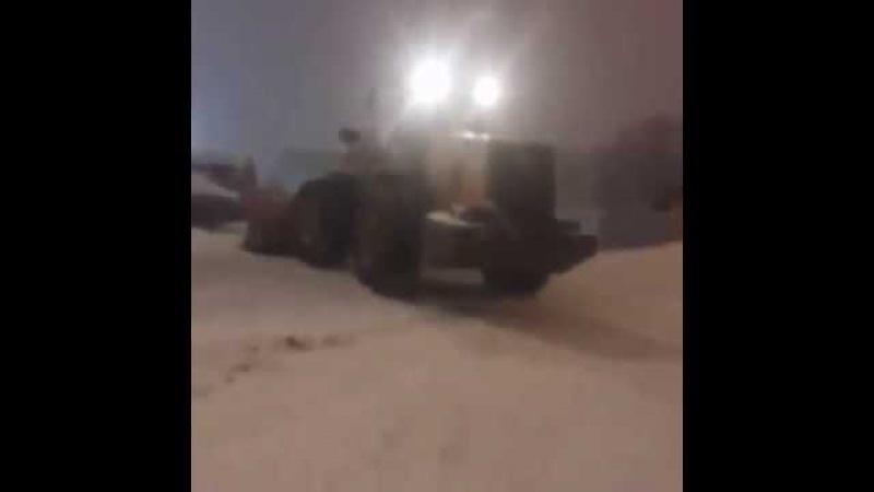 Многотонный бульдозер занесло на скользкой дороге во Владивостоке