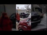 Женщина-пешеход не пропустила авто во дворе Петербурга
