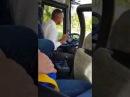 Нежная коробка передач. Водитель автобуса переключает передачи.