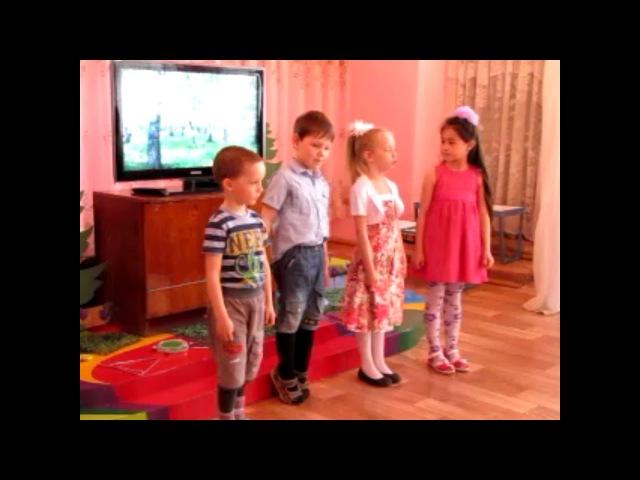 Мой внук Егор читает стихотворение. (Второй слева направо)