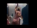 Занят женский туалет? Не проблема! Подвыпившая американская мадама нашла эффектный выход
