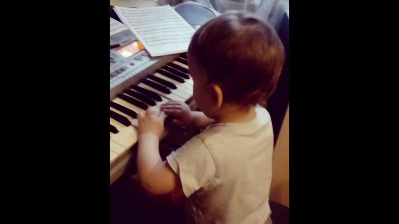 Юный пианист играет своё собственное произведение😂😂😂Абстракция😍👍