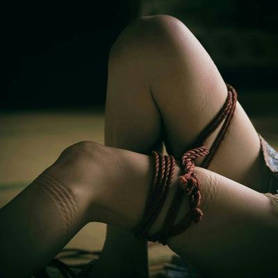 Видео где привязанных к кровати красивых девушек блондинок стиле bdsm пытают током вибратором щекотк
