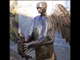 Cкульптура крылатого медведя с головой Путина