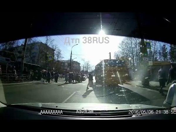 Пассажирский автобус врезался в пешеходов на зебре в Иркутске