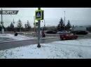 Rusia operarios cortan la hierba hasta cuando está cubierta de nieve