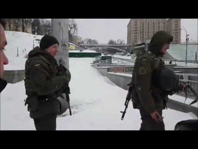 На Майдане появилсь автоматчики.