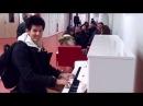 Парень Играет на пианино 7 мелодий за 4 минуты