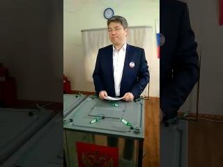 Глава Бурятии Алексей Цыденов проголосовал и получил паспорт болельщика
