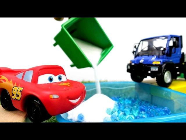 🚙McQueen costruisce un garage🚙🚧- Giochi per bambini con cars macchine in italiano-Cars episodi