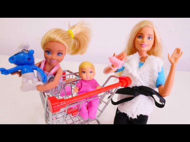 Barbie ve çocukları alışverişe gidiyor. Kız oyuncakları