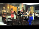 Шикарные и сексуальные девчонки танцуют в ресторане