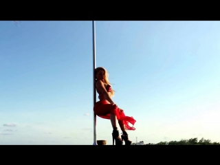 Pole_dance_on_the_beach_of_paradise_hotel_Desire_Pea