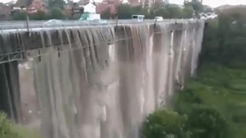 Сильные дожди превратили мост в водопад