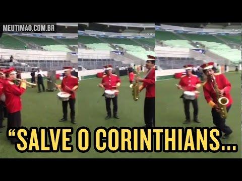 Músicos tocam hino do Corinthians no estádio do Palmeiras