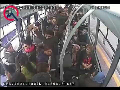 Bakıdakı avtobusda gənc oğlan qadınları döydü